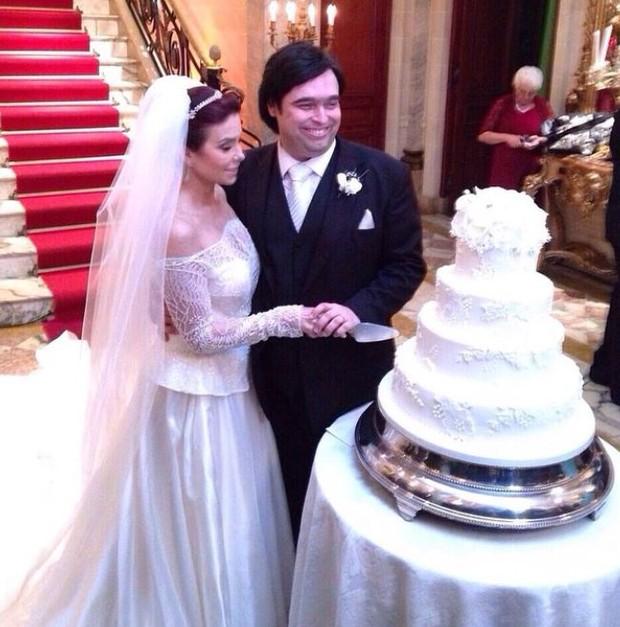 Françoise Forton e o noivo cortam o bolo (Foto: Reprodução/ Instagram)