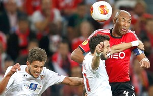 Luisão Benfica e Sevilla (Foto: Agência Reuters)