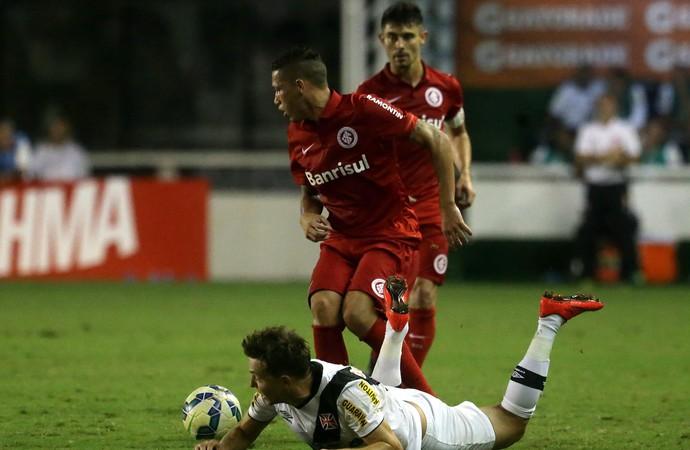 Vasco x Internacional - Dagoberto caído (Foto: Rafael Moraes / Agência O Globo)