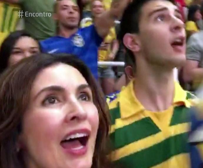 Fátima com o filho Vinícius na final do vôlei (Foto: TV Globo)
