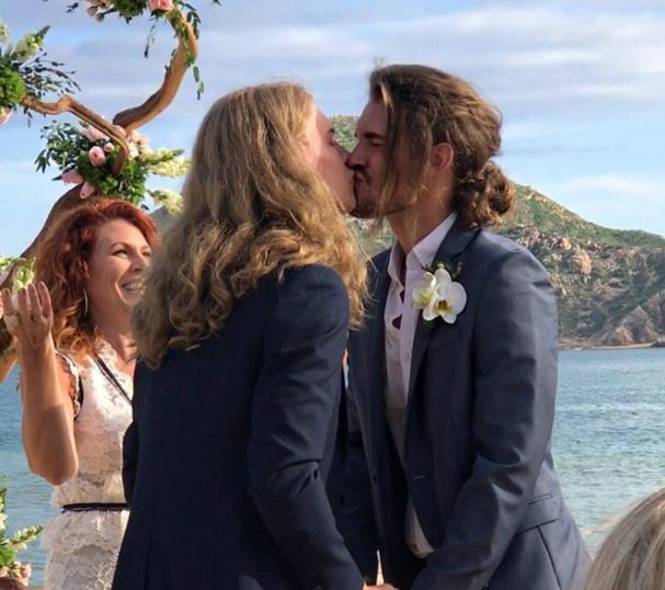 Noivos se casam e tem os cabelos mais perfeitos (Foto: Reprodução/Twitter)