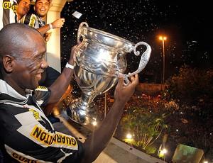 Seedorf festa Botafogo campeão carioca (Foto: Satiro Sodré / Agif)