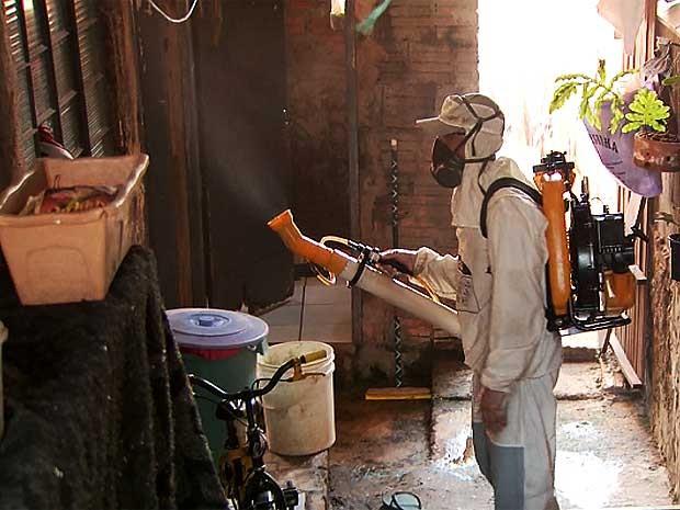 Agente de saúde faz ação para combate à dengue em Campinas (Foto: Reprodução EPTV)