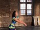 Bruna Marquezine deixa pernas  à mostra em post e recebe elogios
