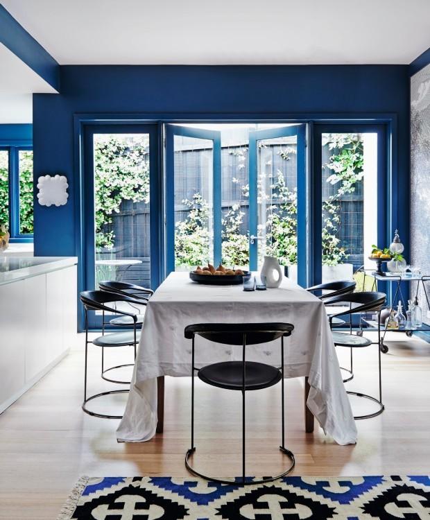 Sala de jantar. O carrinho retrô e o aparador da cozinha servem para apoiar objetos, como os decanters de cristal. As portas francesas direcionam o olhar para o exterior, iluminando o espaço (Foto: Lisa Cohen / Living Inside)