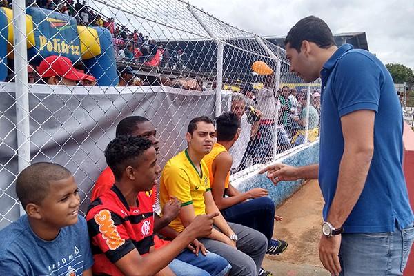 O apresentador do Globo Esporte Triângulo comandou a ação no estádio Airton Borges (Foto: Ana Gabriela Faria)