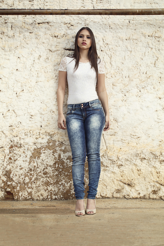 Gostosa de jeans e blusa florida - 1 part 2
