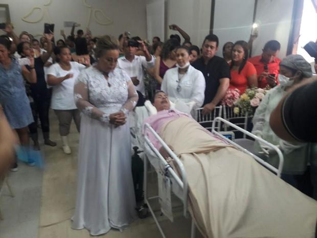 Após receber mensagem em sonho,  paciente de UTI se casa em hospital (Foto: Willian Rafael/TV Anhanguera )