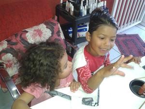 Manicures fizeram mãos e pés das crianças na ação (Foto: Gislaine Alessandra Penteado/Arquivo pessoal)