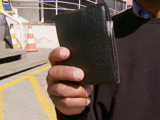 Carteira foi retirada por ladrão do bolso de pintor em ônibus em Campinas (Foto: Reprodução/ EPTV)