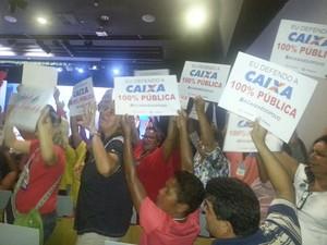 Manifestantes protestaram contra a negociação de ações da Caixa na Bolsa de Valores (Foto: Alexandro Martello / G1)