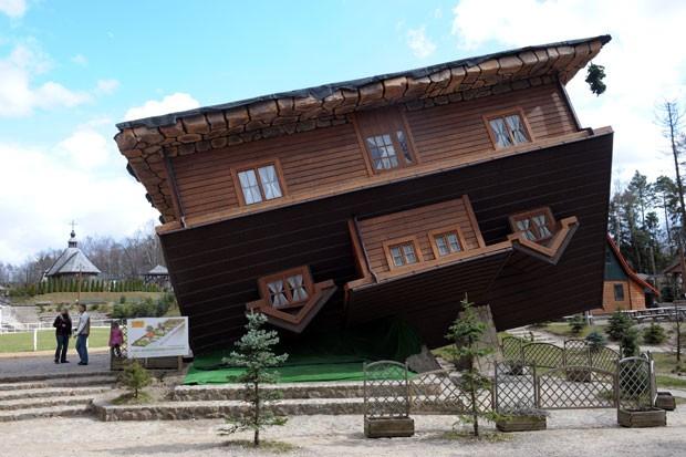 Casa construída de cabeça para baixo é atração turística na cidade de Szymbark. (Foto: Janek Skarzynski/AFP)