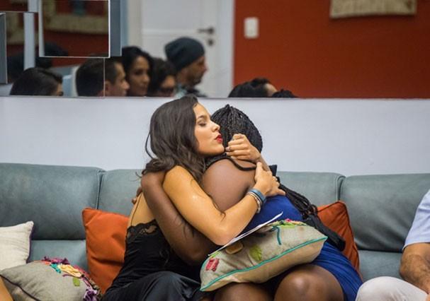 Emilly e Roberta fazem as pazes antes da eliminação (Foto: TV Globo)