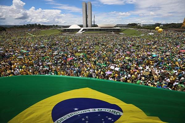 PROTESTOS Mais de 100 mil foram à Esplanada dos Ministérios, em Brasília, pedir o impeachment de DIlma (Foto: Adriano Machado/ Epoca)
