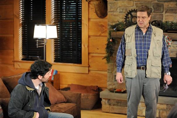 Chris Messina e John Goodman, que faz o papel de Howard T. Erickson, no episódio de Damages que a Globo exibe nesta quarta (Foto: Divulgação Sony)