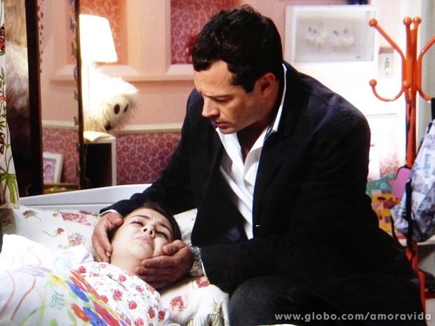 Bruno fica desesperado ao encontrar a filha muito mal em casa (Foto: Amor à Vida / TV Globo)