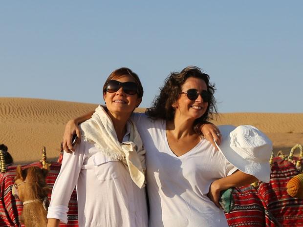 A diretora Maria de Médicis posa ao lado de Adriana durante passeio (Foto: Isabella Pinheiro/Gshow)