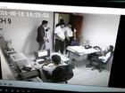 Imagens mostram ladrão rendendo funcionários após fingir ser cliente