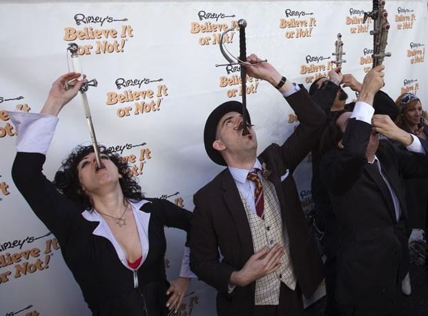 Amy Amnesia, Donny Vomit, Brett Loudermilk e Vincent Wol engolem espadas durante show (Foto: Adrees Latif/Reuters)