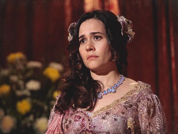Catarina fica paralisada ao ver que sua apresentação foi um fiasco (Foto: Lado a Lado/TV Globo)