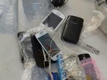 Jovem de 21 anos foi preso com celulares dentro de garrafa plástica (Foto: Foto: 4º Batalhão da PM-MT/Divulgação)