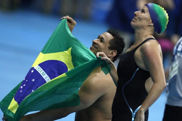 Descrição da imagem: Clodoaldo e Susana festejam a medalha de prata (Foto: FÁBIO MOTTA/ESTADÃO CONTEÚDO)