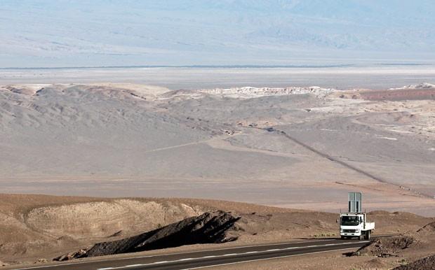 Estrada entre Calama e San Pedro, com o deserto e alto teor de sal visível no solo (Foto: Dennis Barbosa/G1)