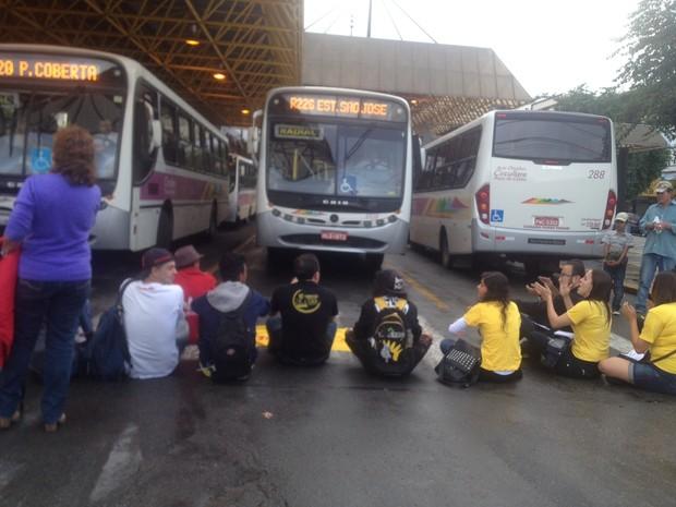 Manifestantes fecharam saídas de ônibus em Poços (Foto: Jéssica Balbino/ G1)