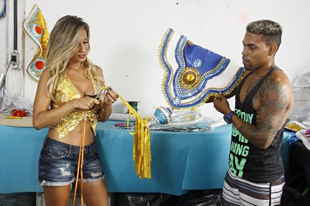 Luisa Mell ajuda na confecção de fantasias da Águia de Ouro (Foto: Celso Tavares/EGO)