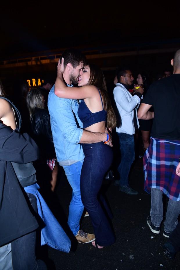 Mari Gonzalez e o ex-BBB Jonas Sulzbach trocam carinhos em festa sertaneja em São Paulo (Foto: Leo Franco / AgNews)