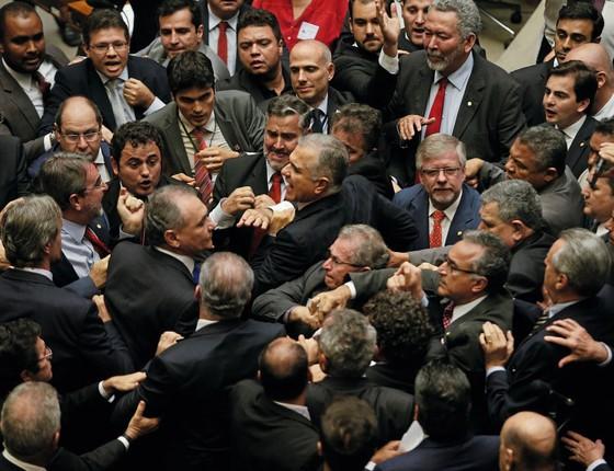 Enquanto havia violência na Espalanada,no plenário da Câmara,deputados brigaram para impedir votações,em protesto ao governo Temer (Foto:   DIDA SAMPAIO/ESTADÃO CONTEÚDO)