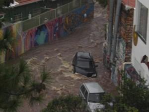 Rua Gonçalo Afonso, conhecida como 'Beco do Batman', na Vila Madalena é tomada pela água (Foto: Luis Felipe Fleischer/VC no G1)