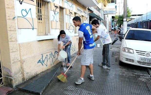 Protesto de torcedores amazonenses, na sede da FAF (Foto: Anderson Silva/GLOBOESPORTE.COM)