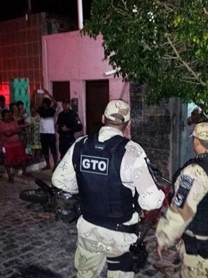A Polícia Militar também foi acionada, mas ninguém admitiu ter participado ou mesmo visto quem espancou o suspeito. (Foto: Eduardo Carlos)