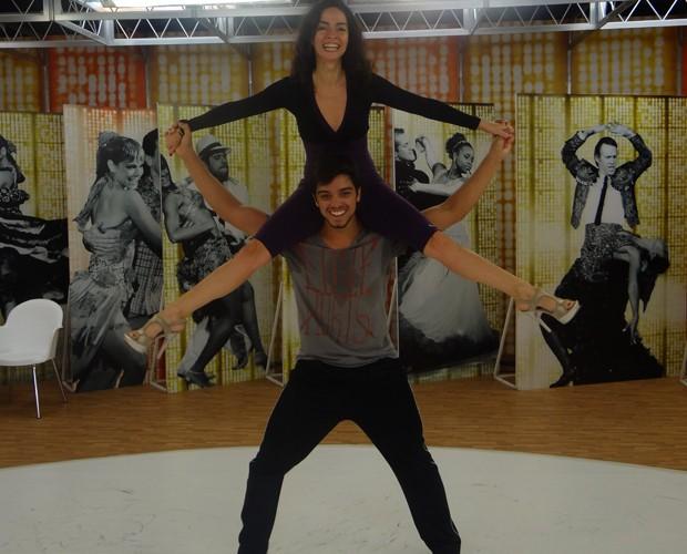 Simas e Ohana arriscam acrobacias (Foto: Domingão do Faustão/ TV Globo)