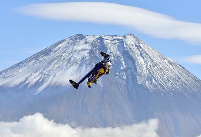 Yves Rossy voando de wingsuit no Japão (Foto: AFP)