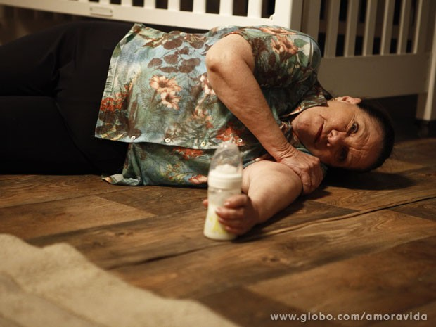 Ciça cai e fica de olhos abertos, estáticos - consciente ou não? (Foto: Inácio Moraes/TV Globo)