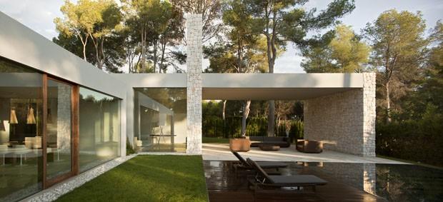 Uma casa minimalista e transparente na floresta casa for Casa minimalista bosque