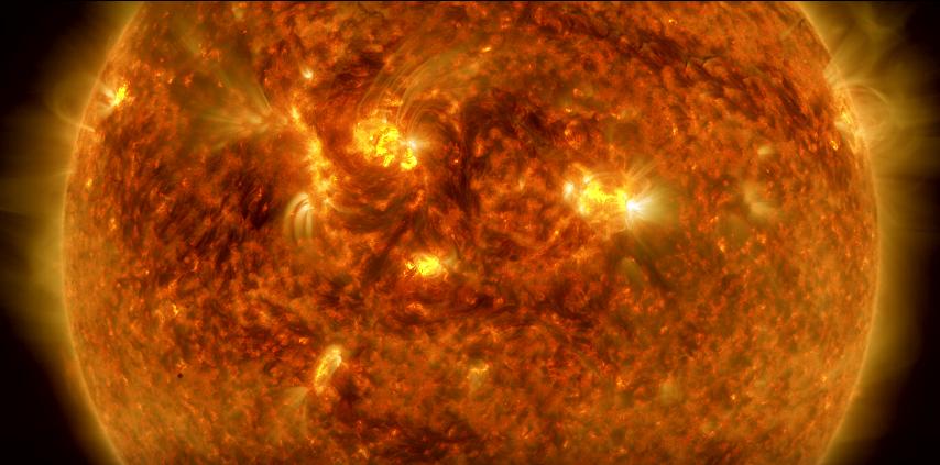 Mercúrio torna-se apenas um pontinho escuro no canto esquerdo com o enorme Sol ao fundo (Foto: Reprodução/Youtube)