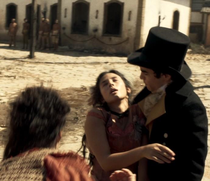 Mimi desmaia nos braços de André (Foto: TV Globo)