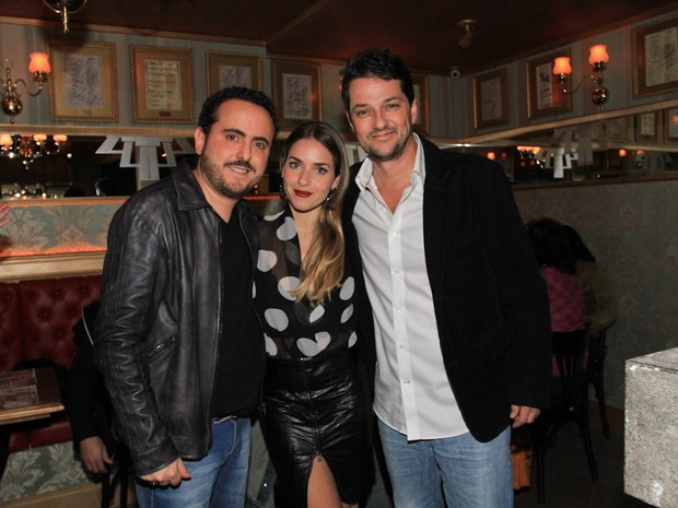 Empresário Isaac Azar com  Monique Alfradique e Marcelo Serrado em restaurante em São Paulo (Foto: Cláudio Augusto/ Foto Rio News)