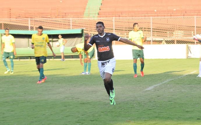 O meia Marcos Alagoano fez dois gols e foi o nome do jogo (Foto: Marcos Fernandez/A Gazeta)