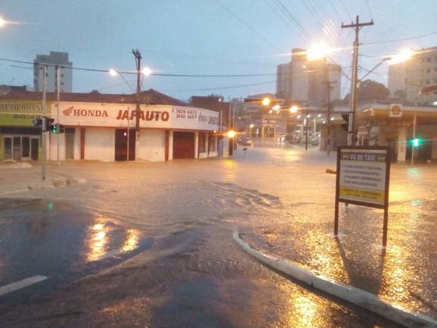 Avenida dos Esportes virou um rio nesta noite de terça-feira (Foto: Rodrigo Pereira)