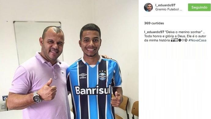 Dudu anuncia transferência para o Grêmio ao lado do empresário Roni (Foto: Reprodução / Instagram)