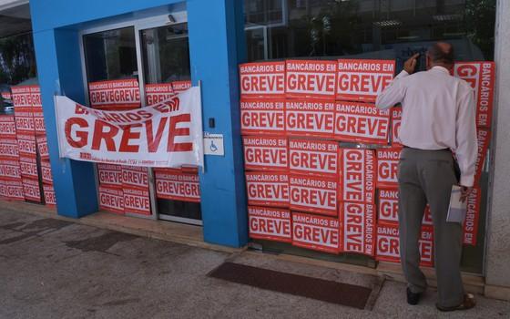 Bancários de todo o país entram em greve por tempo indeterminado a partir desta quinta-feira (19). Em Brasília, agências amanhecem com as portas fechadas (Foto: Wilson Dias/ABr)