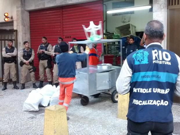 Vinte carroças de pipoca, churros e cachorro-quente foram apreendidas (Foto: Rodrigo Prado/Seop)