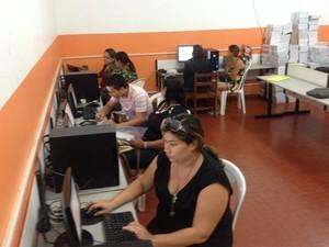 Na escola Amapá, pais puderam usar laboratório de informática (Foto: Abinoan Santiago/G1)