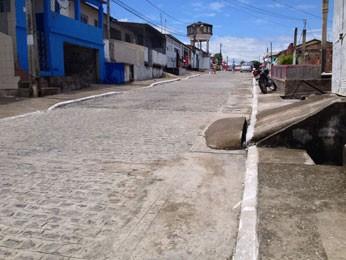 Acidente ocorreu na Rua Atalaia (Foto: Kety Marinho / TV Globo)