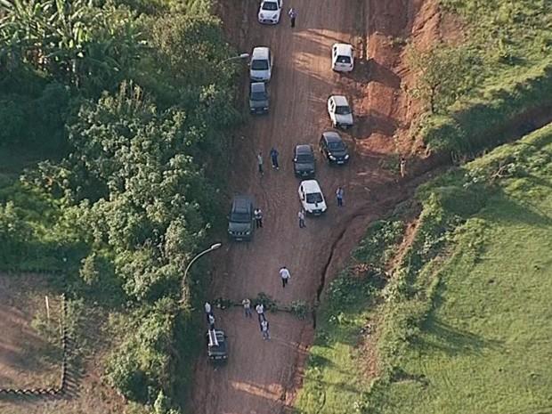 Moradores bloquearam estrada de terra em Brazlândia, Distrito Federal, que estava sendo usada como alternativa por motoristas (Foto: TV Globo/Reprodução)