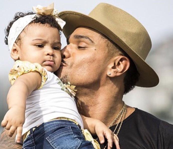Naldo posa com a filha no colo: 'Minha companheirinha' (Foto: Arquivo pessoal)